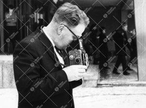 Turun normaalilyseon vahtimestari Jouko Rautala koulun pihalla  kuvaamassa penkkaripäivänä 1965.