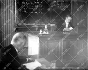 """Väitöstilaisuus Phoenixissa kevätlukukaudella 1932. Väitöskirjan  aihe: """"Eetterimäisten yhdist"""