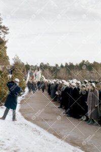 Ylioppilaat seuraamassa lippuvartion saapumista Turun vanhalla  hautausmaalla. Kyseessä todennäkö