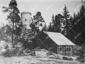 Betonitorni ja Tuorlan tunnelin eteläpäässä sijaitseva  huoltorakennus talvella 1954.
