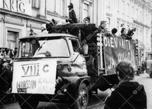 Penkinpainajaispäivä 1965. Turun normaalilyseon abeja  penkkariajelulla Aurakadulla Turun ruotsala