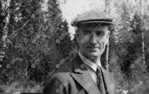 Yliopistonsihteeri (1943-1954) Anton (Antti) Puska  perunannostotalkoissa Tuorlassa vuonna 1946.