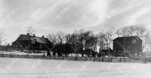 Iso-Heikkilän virkatalon rakennuskompleksi (todennäköisesti)  1940-luvulla. Kolmipiippuinen pää