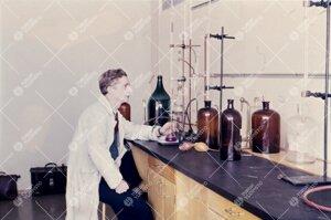 Kemian laboratoriossa 1950-luvun jälkipuolella.