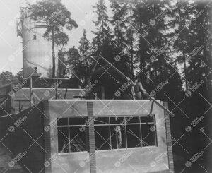 Tuorlan tunnelin eteläpäässä sijaitseva huoltorakennus nousemassa  marraskuun puolivälissä 195