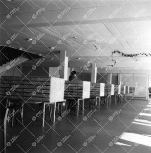Pääkirjaston lainausosaston kortistolaatikostoa vuonna 1955.  Huomaa vielä keskeneräiset kattova