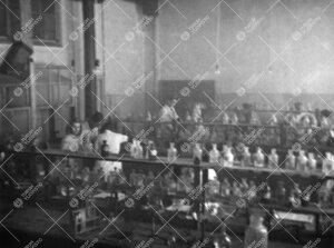 Työskentelyä Iso-Heikkilän kemian laboratorion kvalitatiivisella  osastolla vuonna 1947.