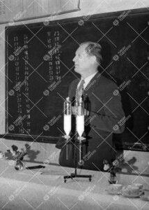 Professori Reino Leimu pitämässä luentoa läksiäistilaisuudessa  Iso-Heikkilän kemian laitokses