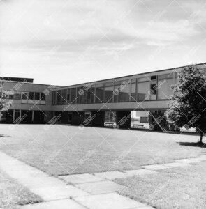 Päärakennusta (vas.) ja Luonnontieteidentalo I:tä yhdistävä  kahvilanivel kuvattuna koillisesta