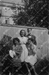 """Kirjaston henkilökuntaa Phoenixin (""""Fenixin"""") pihalla kesällä  1948."""