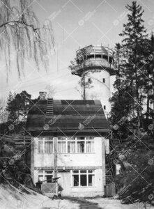 Tähtitorni ja huoltorakennus vuonna 1960, kun yliopisto oli  myöntänyt rahaa kiertokuvun rakentam