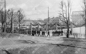 Juhlakulkueen paluu yliopistolle 12. toukokuuta 1927. Maisterit.