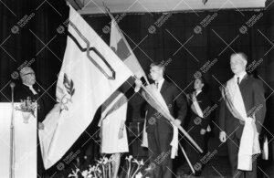 Arkkipiispa Ilmari Salomies vihkii Turun normaalilyseon lippua  31. toukokuuta 1963 pidetyssä juhla