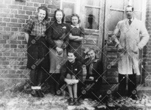 Kemian laboratorion väkeä rakennuksen oven edustalla  Iso-Heikkilässä vuonna 1943.