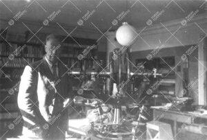 Yrjö Väisälä ja pasaasikone Phoenixin fysiikan laitoksessa  (todennäköisesti) 1940-luvun lopul