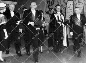 Promootio 1960. Tasavallan Presidentti ja rouva Kekkonen  vastaanottajineen saapumassa konserttitalo