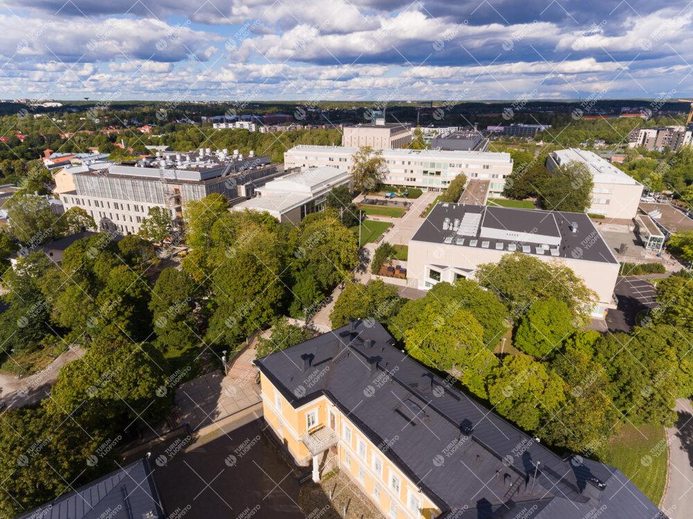 Yliopistonmäki ilmakuva syksyllä. Taustalla Aurumin rakennustyömaa.
