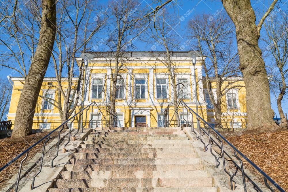 Humanistisen tiedekunnan rakennus Signum Hämeentien portailta päin kuvattuna.