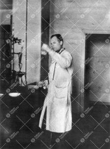 Reino Leimu Iso-Heikkilän kemian laboratoriossa vuonna 1943.