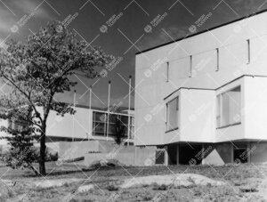 Päärakennuksen eteläpäätyä kaakosta kuvattuna. Taustalla  pääkirjasto. 1950- ja 1960-lukujen