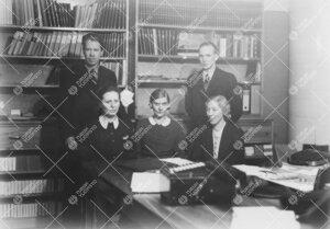 Turun Yliopiston tähtitieteen oppiaineen henkilökunta vuoden 1943  alussa fysiikan laitoksella.