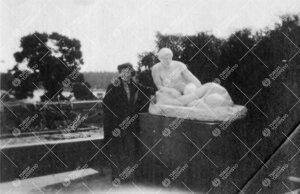 Kultarannan puutarhaa 1920-luvun alussa. Veistos. (Kirjaston väen  huviretkeltä.)